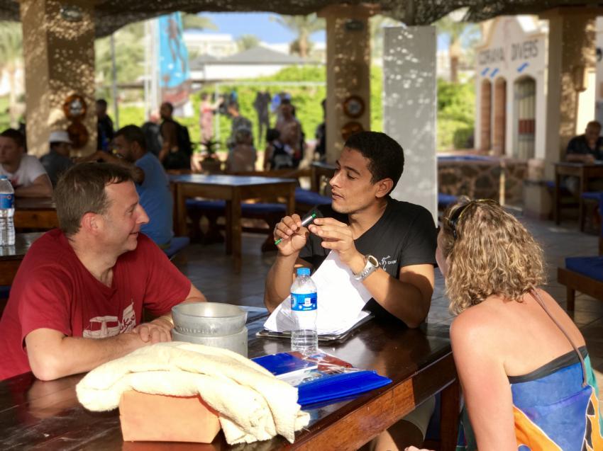 Ragab in briefing , Coraya Divers, Coraya Beach, Marsa Alam, Ägypten, Marsa Alam und südlich