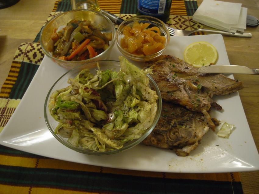 Nyama Choma (Lamm vom Grill) mit ruandischer Zwiebelsauce und Mboga (Gegrilltes Gemüse)., Tamu Sana, Linz, Österreich