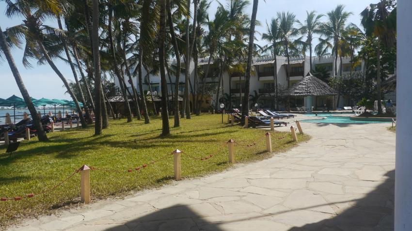 Liegewiese mit Pool, Bamburi Beach Hotel, Kenia