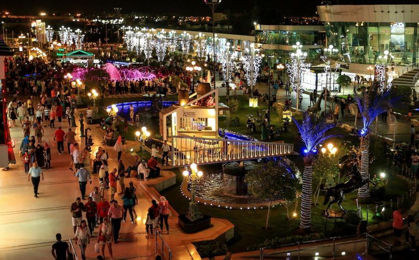"""Vor dem Hotel liegt der """"Soho Square"""", ein riesiger Platz, um den sich etliche Bars, Restaurants und Geschäfte angesiedelt haben. , Royal Savoy, Sharm el Sheikh, Ägypten, Sinai-Süd bis Nabq"""