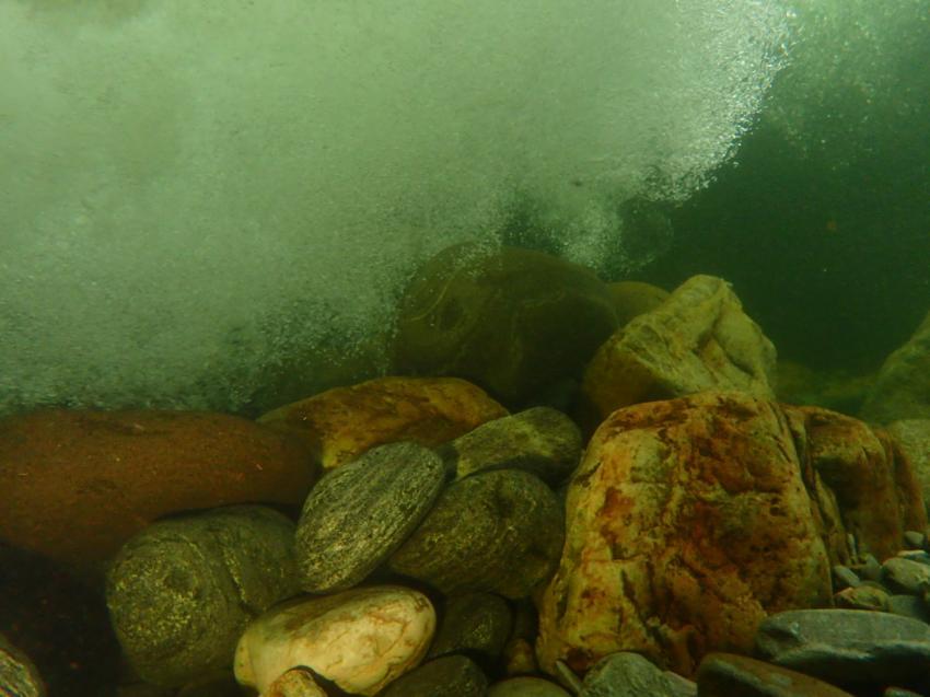 Ein kleiner Wasserfall verhindert das weiter Tauchen , Orrido St. Anna / Cannobina, Italien
