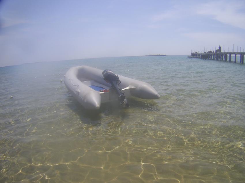Das Tauchboot mit 15 PS, im Hintergrund Turtle-Isle., Scuba Turtle - Diving School, Türkei