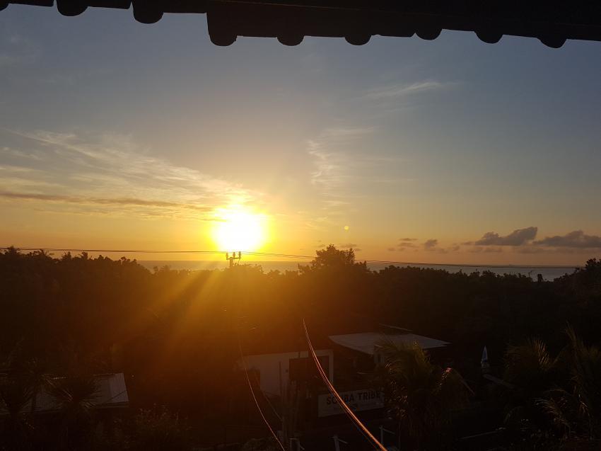 Sonnenaufgang auf dem Turm, Joes Diving Bali - Die Tauchburg, Tulamben, Indonesien, Bali