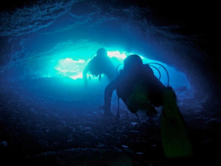 ZENOBIA & Kap Grecco, Wrack der Zenobia - Larnaca,Zypern,passen wir da auch durch? höhle,taucher,licht