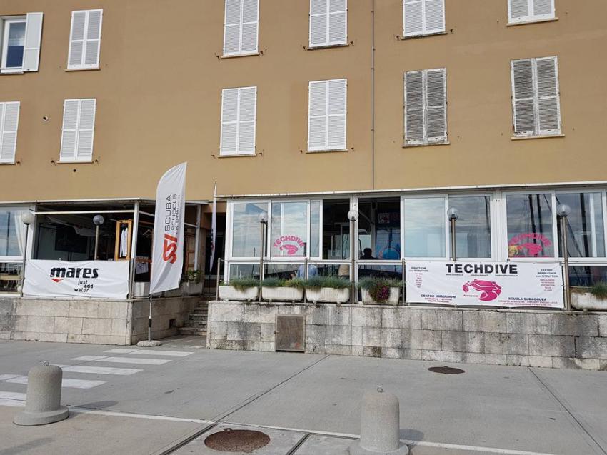 Techdive direkt am Hafen, Techdive, Porto di Arenzano, Italien