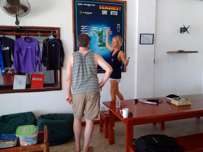 Crystal erklärt jedem Taucher die verschiedenen Tauchplätze, Devocean Divers, Malapascua (ehemals Seaquest Divecenter), Philippinen