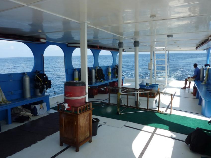 Das sehr geräumige Boot für die Tauchgänge, Aeolus Diving, Fihalhohi, Malediven