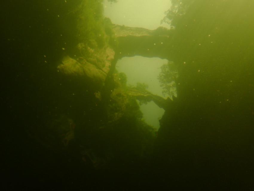 Die beiden Brücken durch das Wasser der Klamm fotografiert., Orrido St. Anna / Cannobina, Italien