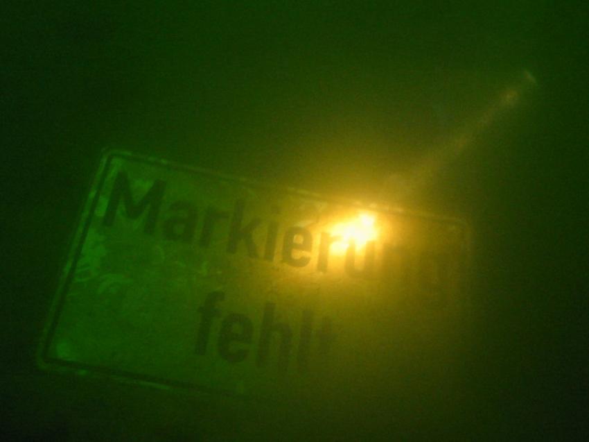 wuppertalsperre, Wuppertalsperre Kräwinklerbrücke Nord,Nordrhein-Westfalen,Deutschland,lampe,lichtstrahl,schild,trüb,tafel